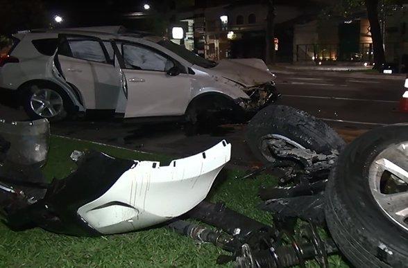 Susto! Grave acidente deixa carro destruído na Praia do Canto ...