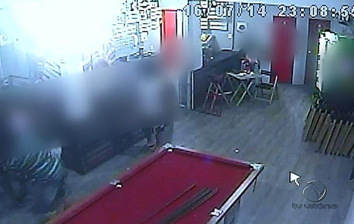 Cliente atira contra comerciante, vítima reage e arma falha em ...