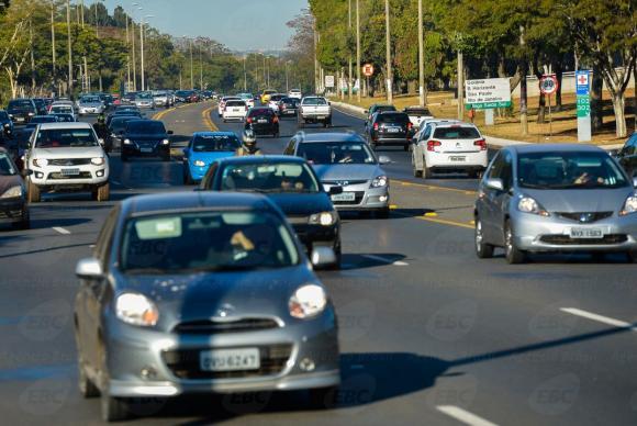 Carros com faróis desligados só serão multados nas rodovias ...