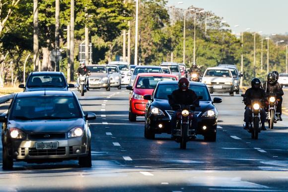 Uso do farol baixo em rodovias é obrigatório a partir desta sexta-feira