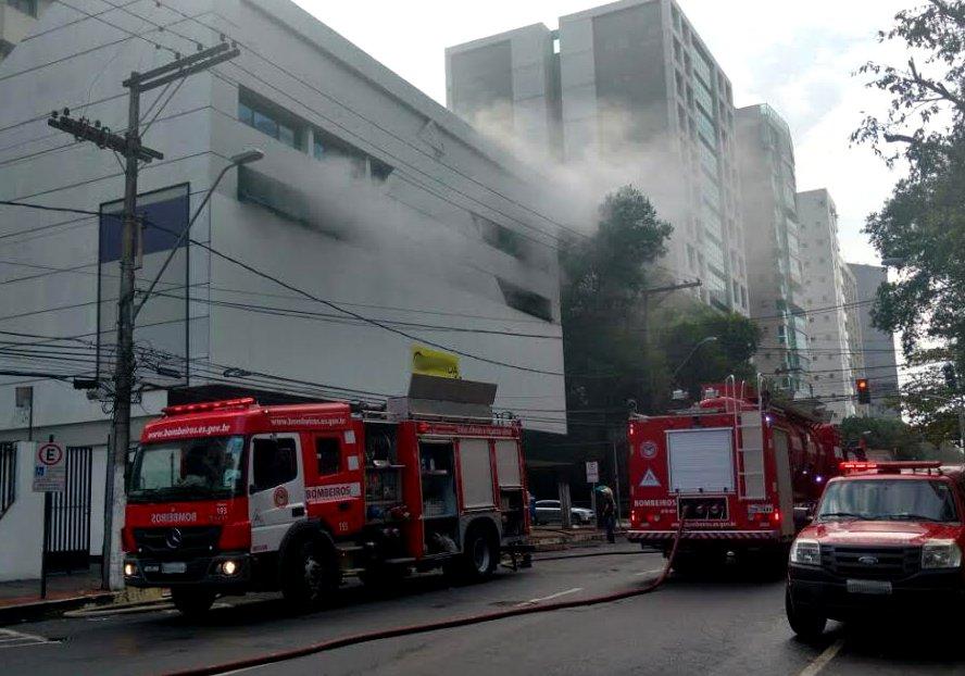 Incêndio de grande proporção atinge loja na Praia do Canto   Folha ...