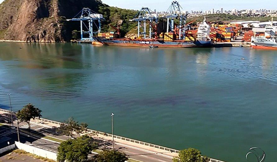 Mancha escura causa intriga na baía de Vitória | Folha Vitória