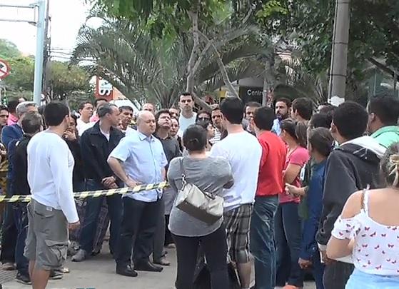 Moradores entram em prédio de luxo que desabou em Vitória ...