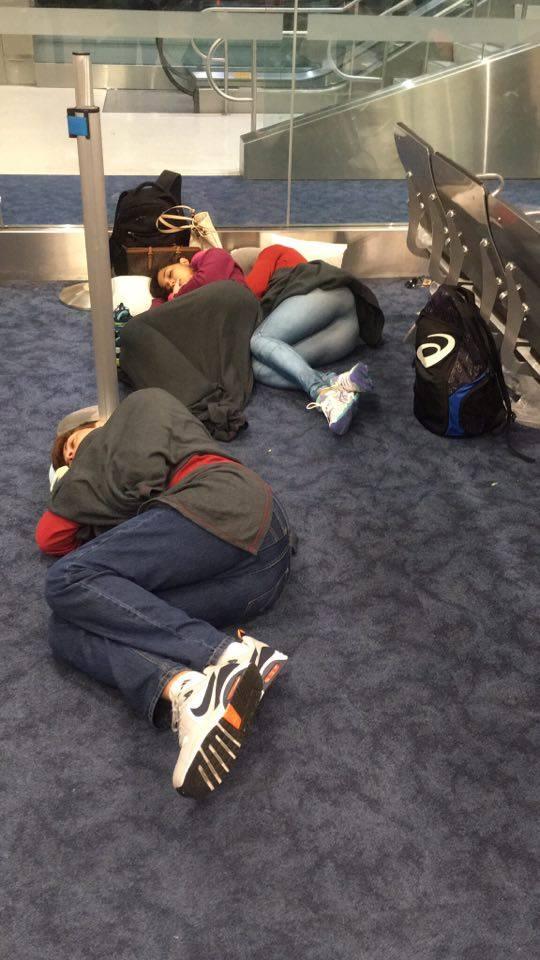 Voo é cancelado e capixabas dormem no saguão do aeroporto de ...