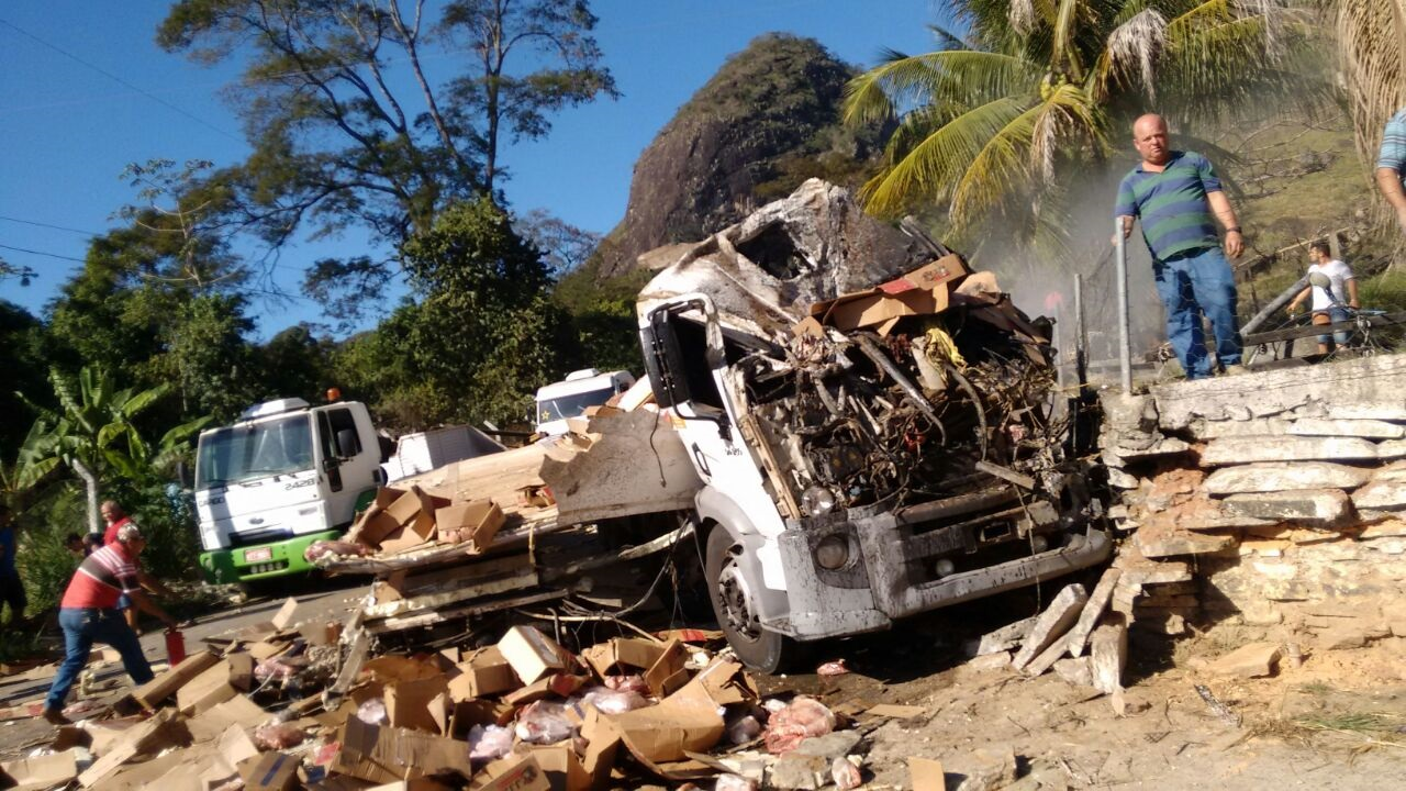 Vídeo: câmera de segurança flagra acidente com caminhão de ...