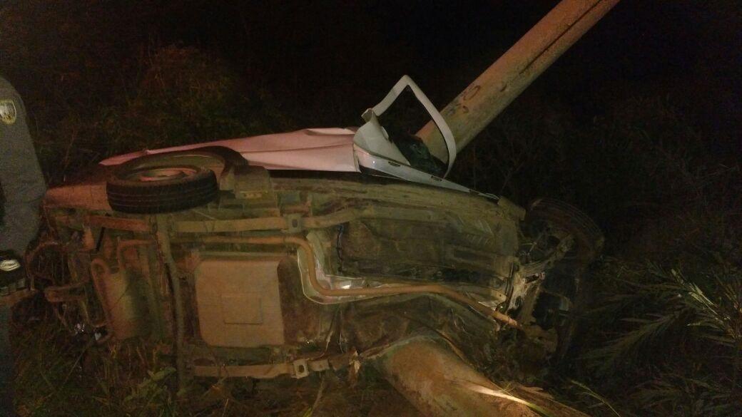 Homem morre após bater com veículo em poste na Rodovia do Sol ...