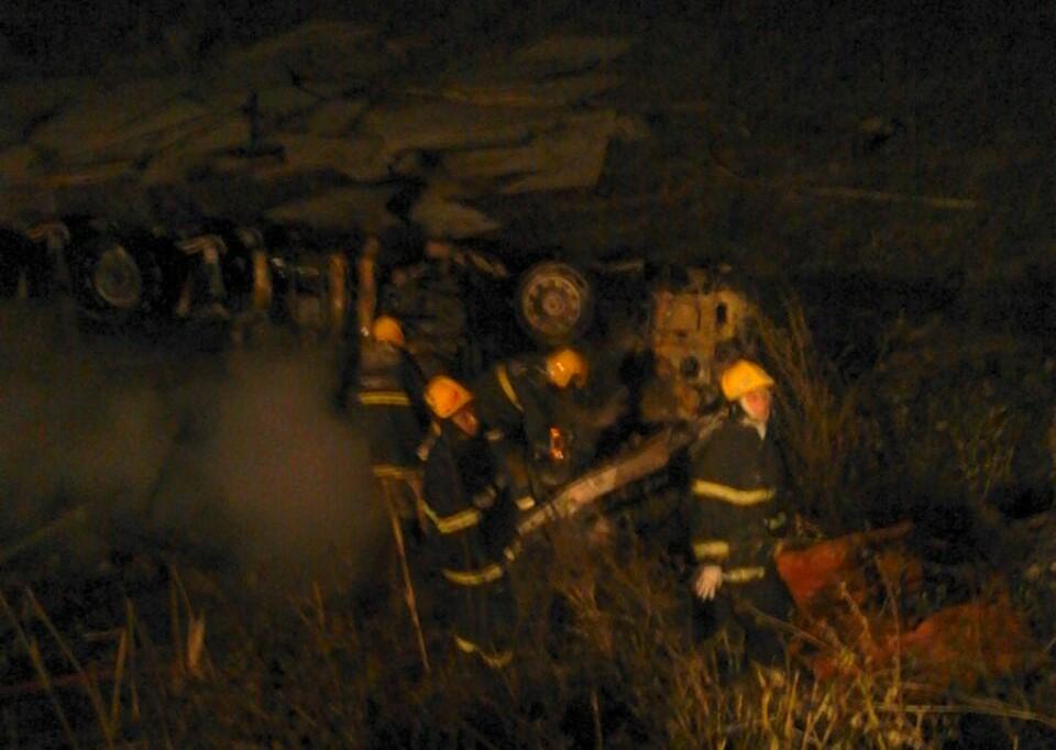 Carreta pega fogo após acidente e motorista morre carbonizado em ...