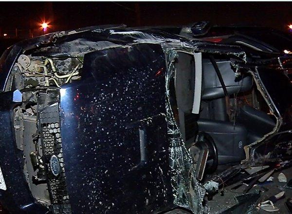 Carro fica destruído em capotamento na Rodovia do Sol, em Vila ...