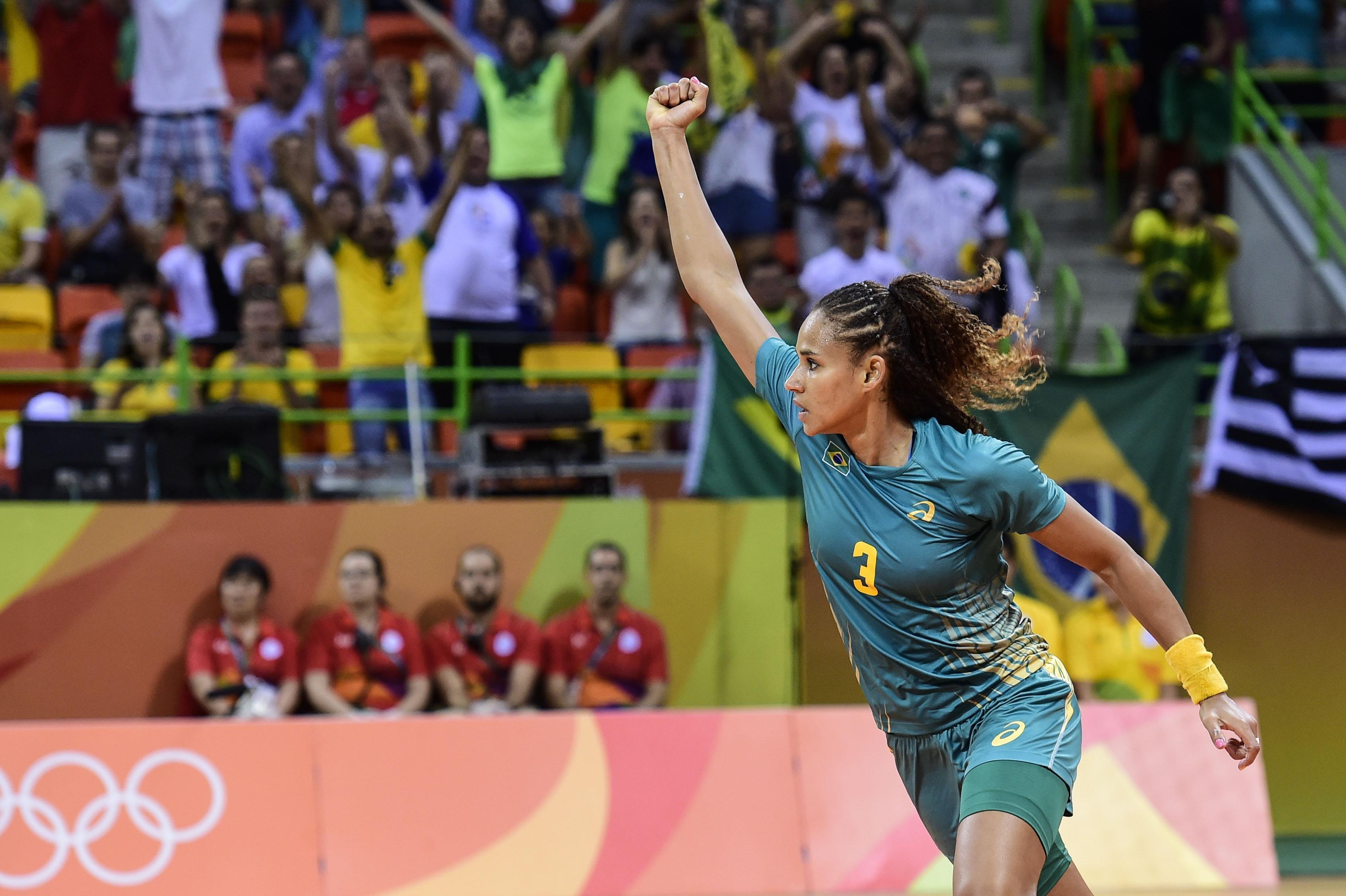 Com três gols de Alexandra, seleção feminina de handebol vence ...
