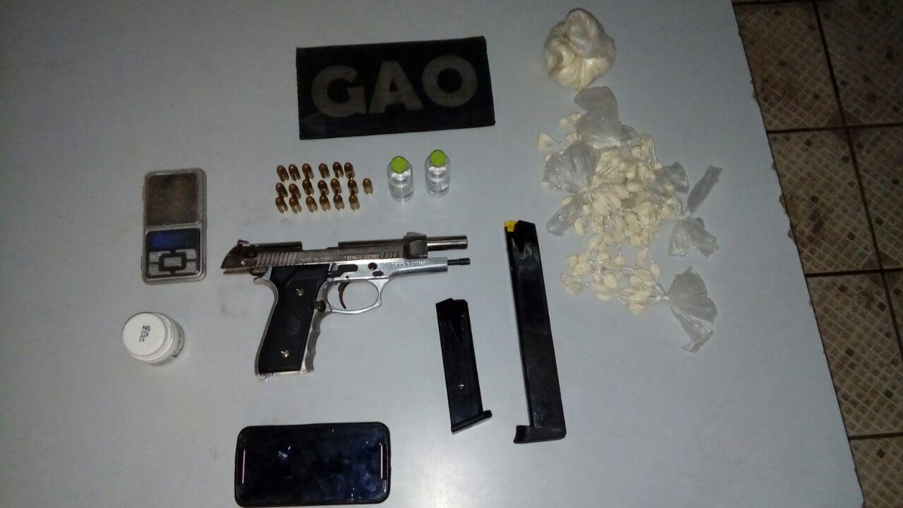 Jovem é preso com arma, munição e droga dentro de casa em Vila ...