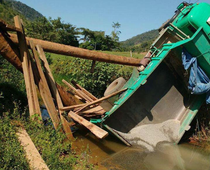 Ponte de madeira cede e caminhão cai dentro de córrego no interior ...
