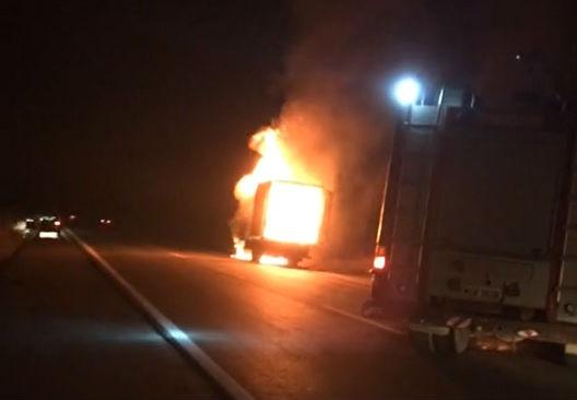 Família perde móveis após caminhão de mudança pegar fogo em ...