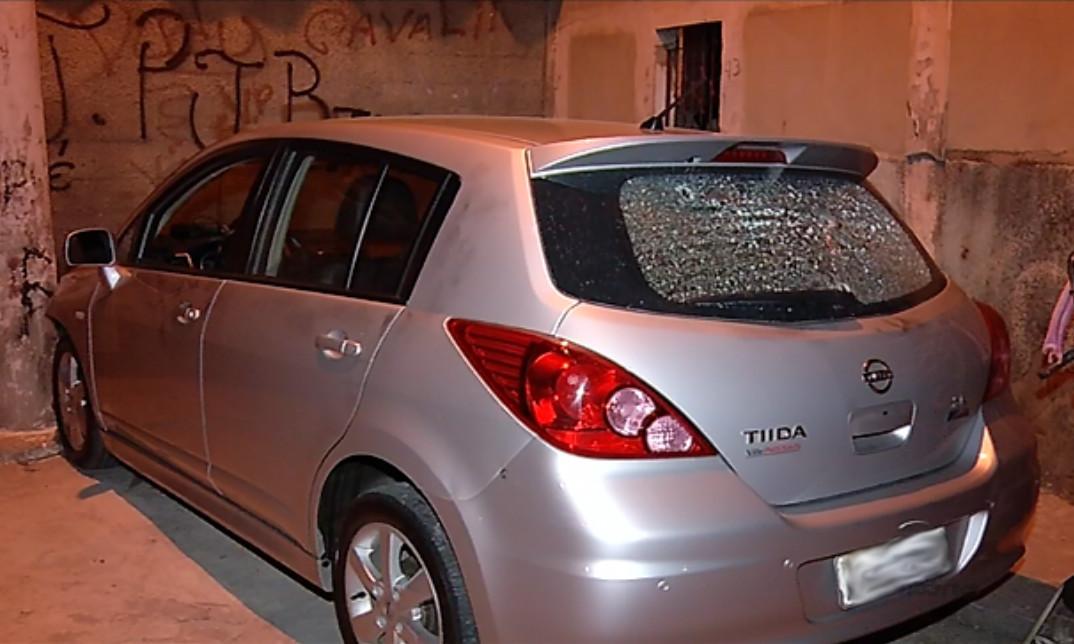 Carro com suspeitos bate em muro de casa após perseguição e ...