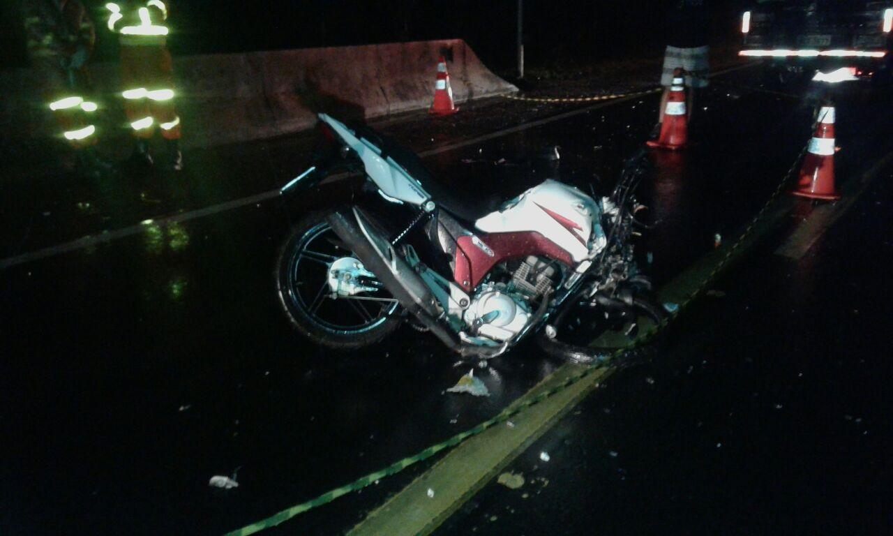 Motociclista morre após colidir em carreta na BR-101 em Itapemirim ...