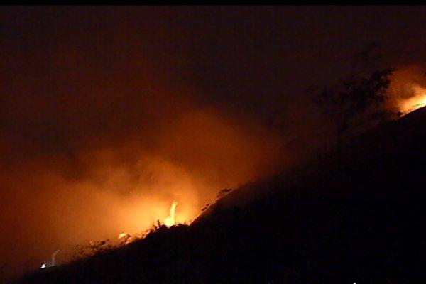 Incêndio atinge vegetação no Vale do Mulembá, em Vitória | Folha ...