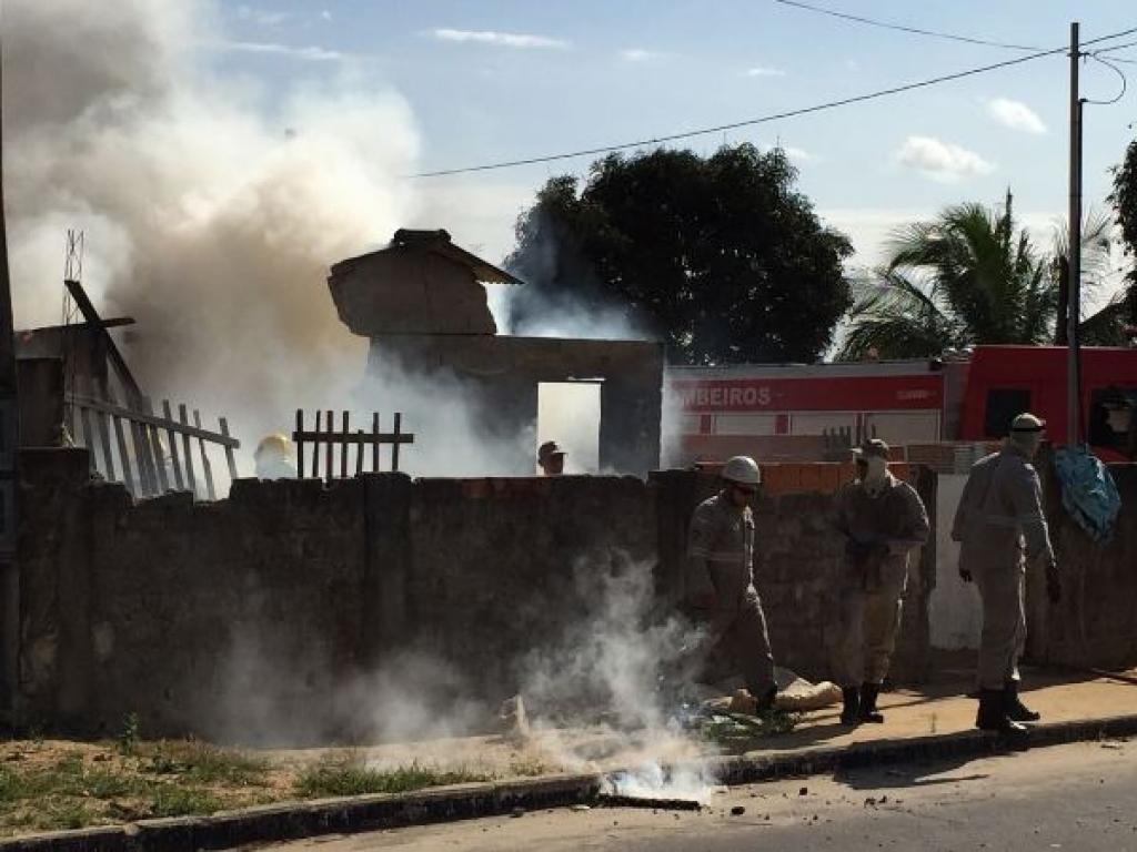 Vela acesa provoca incêndio e destrói casa em Linhares | Folha ...