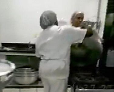 Alunos flagram comida da merenda sendo jogada no lixo após ...