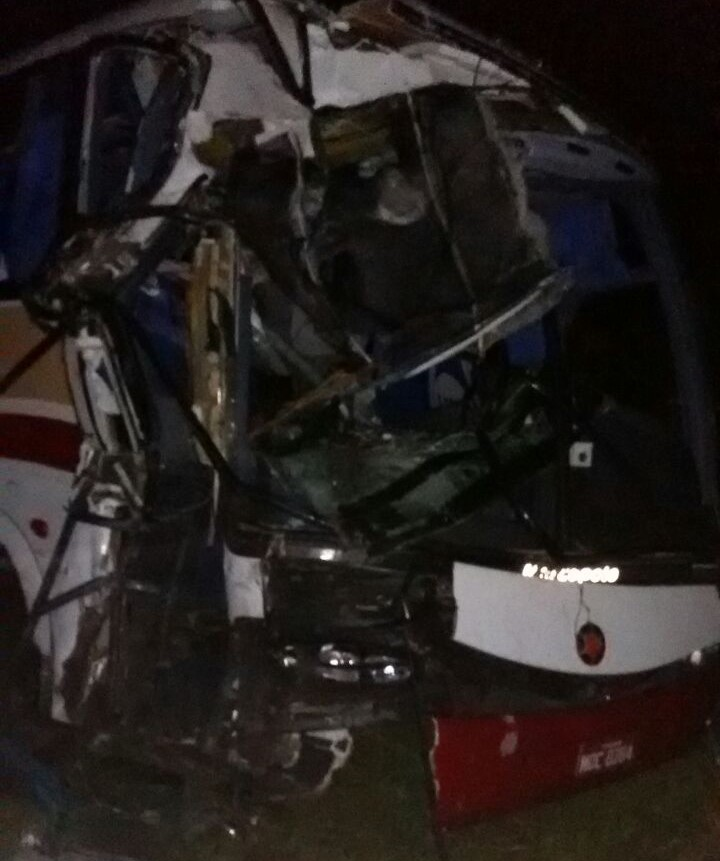 Ônibus com universitários se envolve em acidente com caminhão ...