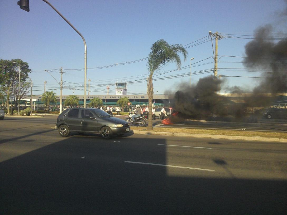 Protesto de taxistas deixa trânsito complicado na Reta do Aeroporto ...