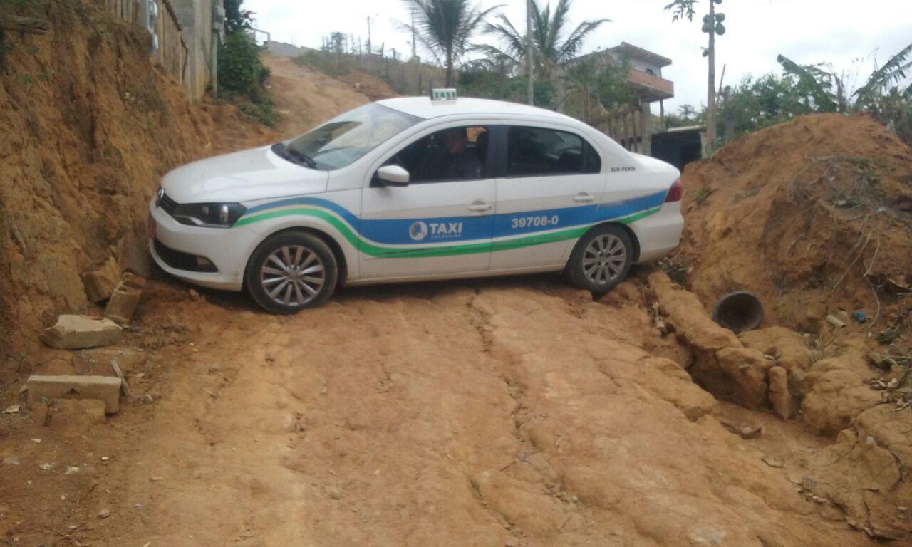 Taxista é rendido por casal armado e tem veículo roubado em ...