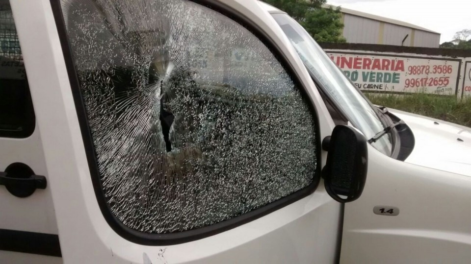 Além de atirar nas viaturas, os bandidos levaram um colete de um agente