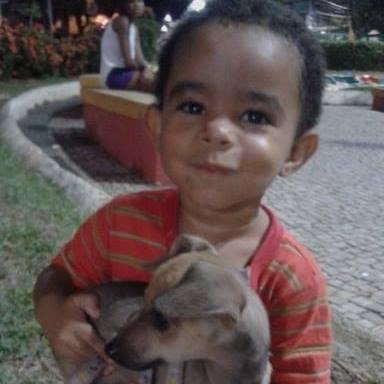 O menino Henrique Casoni, de dois anos, morreu afogado após cair de cabeça no tanquinho de lavar roupas