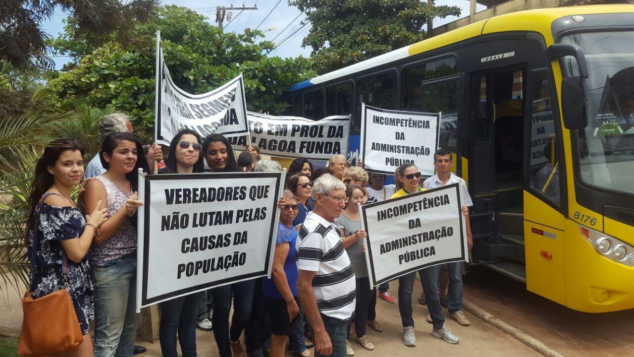 Manifestantes vieram de Marataízes para pedir retorno das obras de contenção do mar