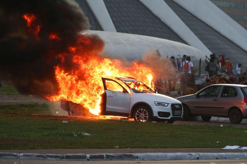 Resultado de imagem para carro virado em brasilia