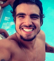Caio Castro exibe samba no pé no Instagram