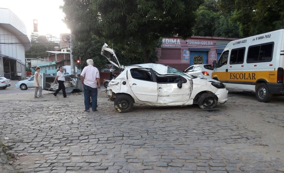 O condutor e o filho, de apenas dois anos, ficaram feridos após o veículo em que estavam capotar em Cachoeiro