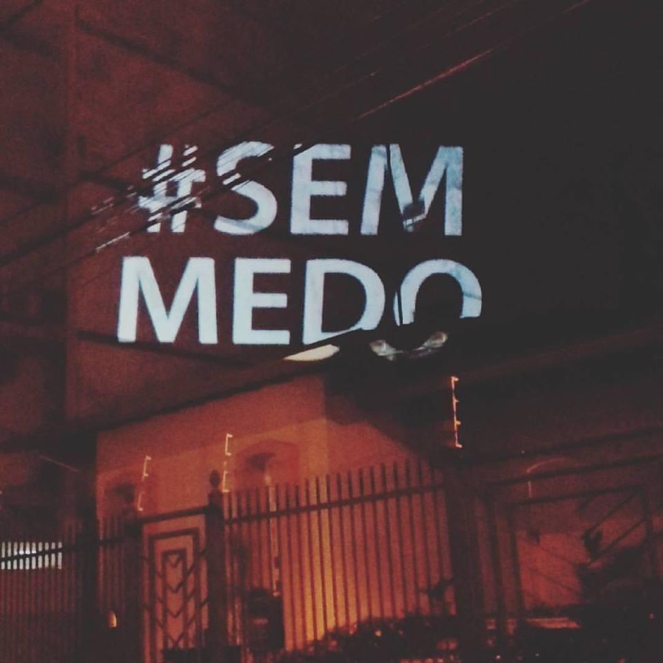 Resultado de imagem para Carro passa pelas ruas do ES tocando a música Imagine e emociona população com mensagem de paz