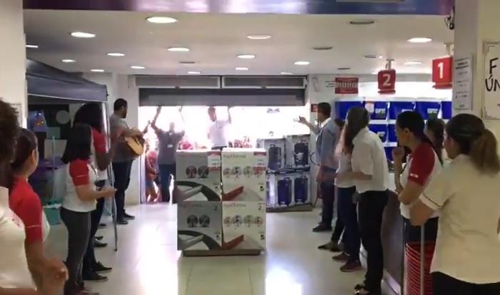 Os clientes foram recepcionados por funcionários e o grupo Somos Um na reabertura da loja em Cachoeiro