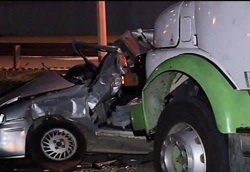 O caminhão bateu no carro, que foi arrastado por alguns metros Foto: Reprodução/ TV Vitória