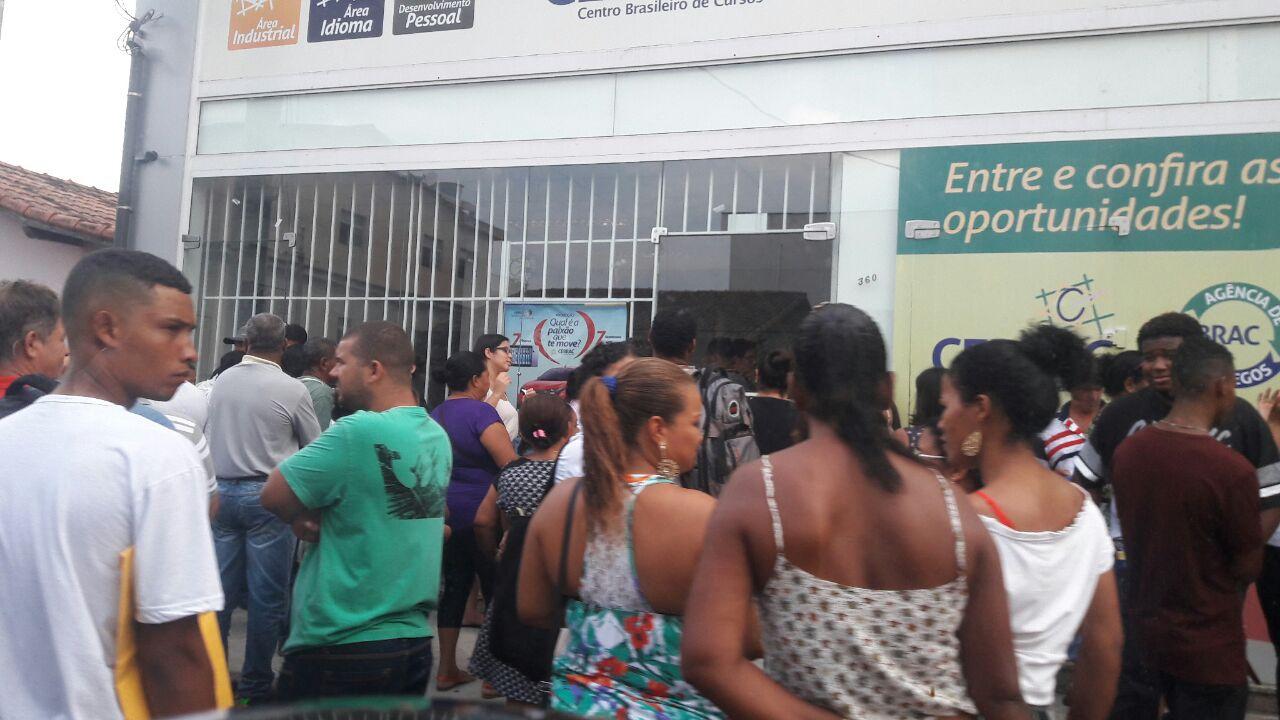 Várias pessoas estiveram na porta da empresa de recrutamento em busca de  uma oportunidade Foto  TV Vitória 45604d50f4d95