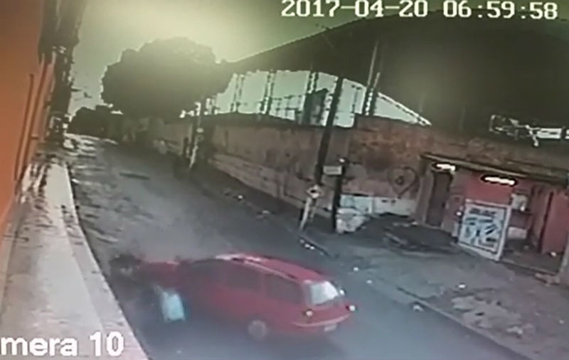 Bandidos atropelam motociclista, mas desistem de roubar veículo da vítima em Cariacica