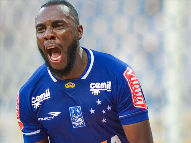 Manoel passará por cirurgia no pé esquerdo e vai desfalcar o Cruzeiro por 2 meses