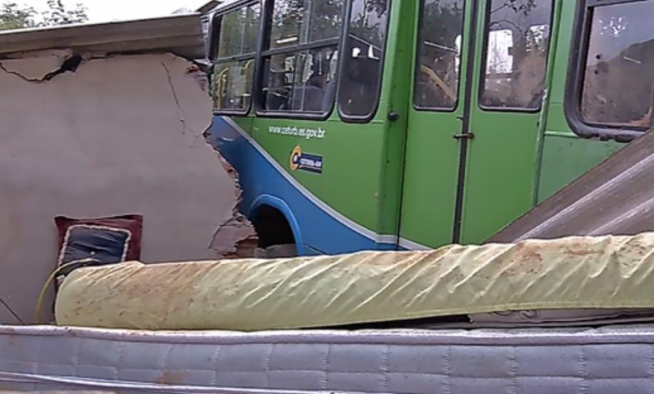 Ônibus que despencou de barranco é retirado de cima de casa em Cariacica