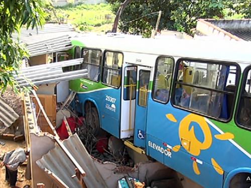 O ônibus atingiu uma casa Foto: Reprodução/ TV Vitória