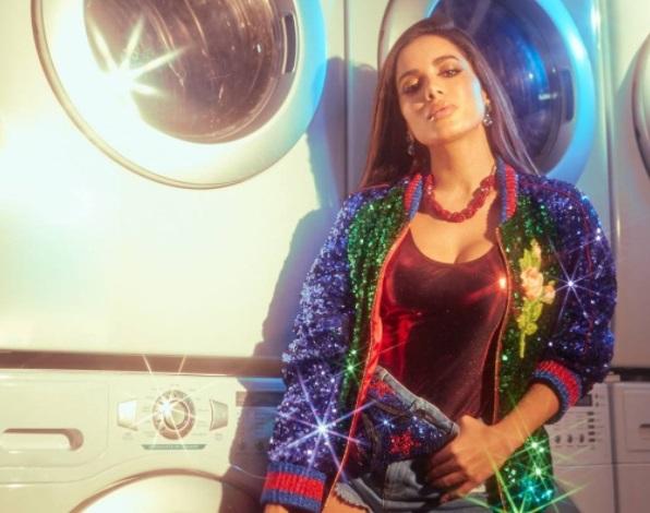 Anitta posa usando body fio dental para divulgar nova música