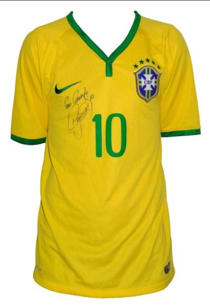 A camisa autografada de Neymar faz parte de um dos lotes que serão  leiloados neste sábado (06) Foto  Divulgação 22d1cd61bdb61