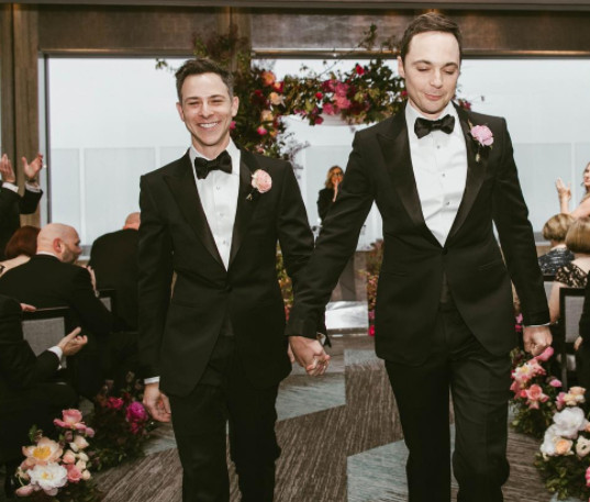 Jim Parsons, da série 'The Big Bang Theory', se casa com Todd Spiewak em Nova York