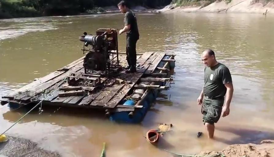 A balsa equipamentos típicos para a utilização em extração de ouro foi localizada no rio Itapemirim, no interior de Jerônimo Monteiro