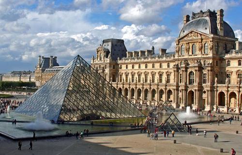Entrada do Louvre reabre após evacuação temporária