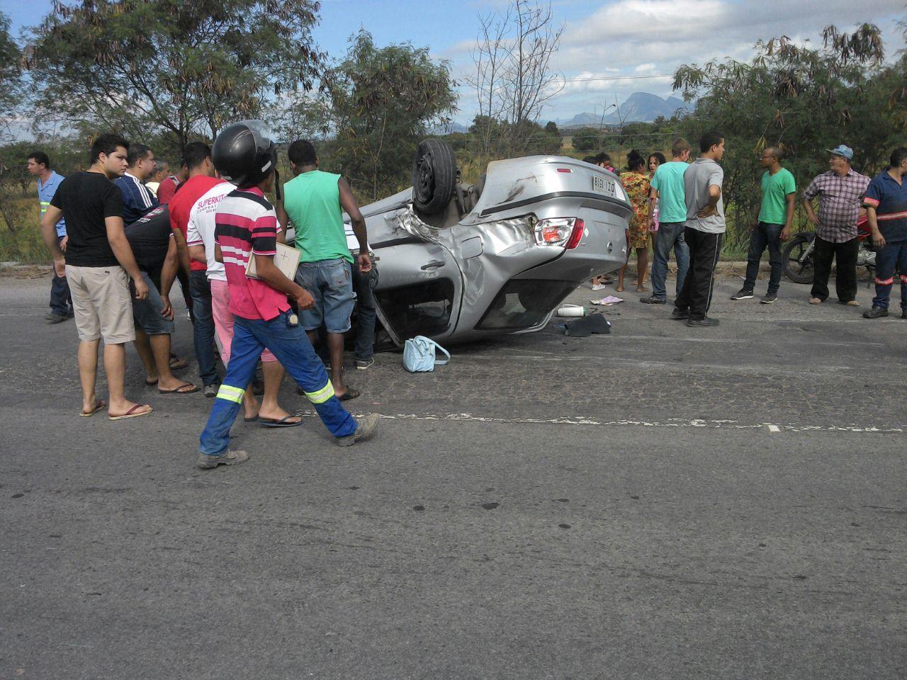 O veículo, em que estava o bebê, capotou com a colisão