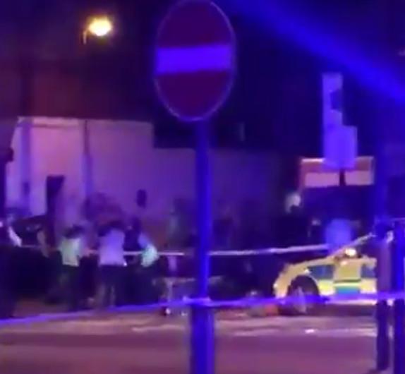 Segundo a polícia britânica, uma van avançou sobre um grupo de pessoas na região norte de Londres