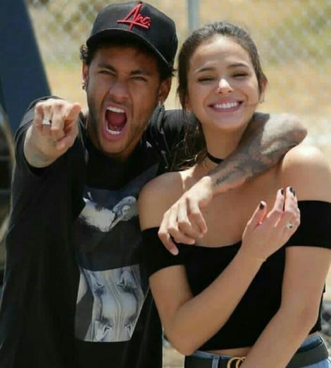 Neymar faz gol de cima de prédio para programa de TV