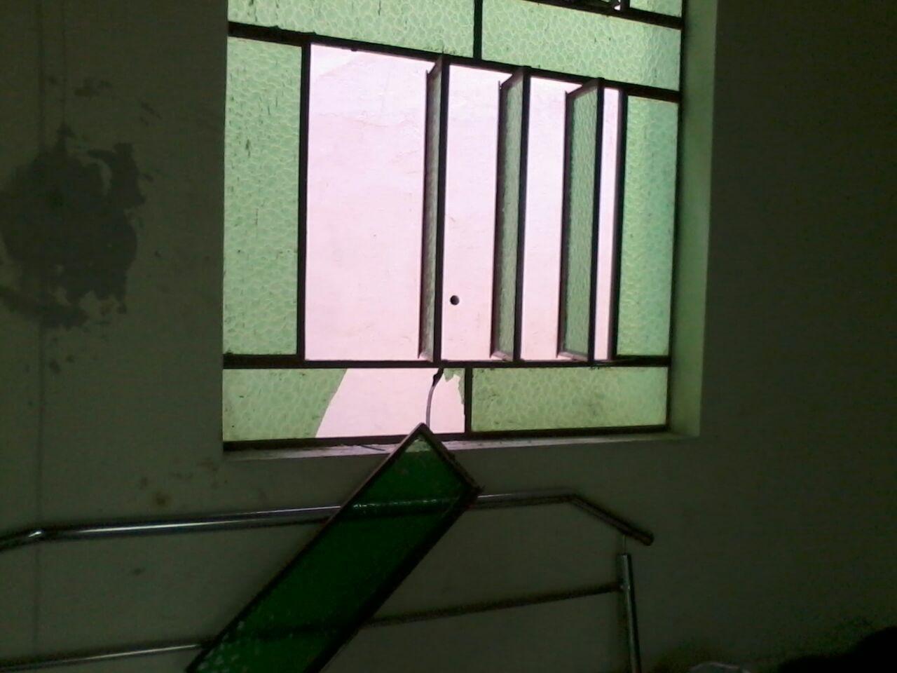 Os criminosos quebraram os vidros das básculas laterais para ter acesso ao interior da igreja, uma das mais tradicionais de Cachoeiro