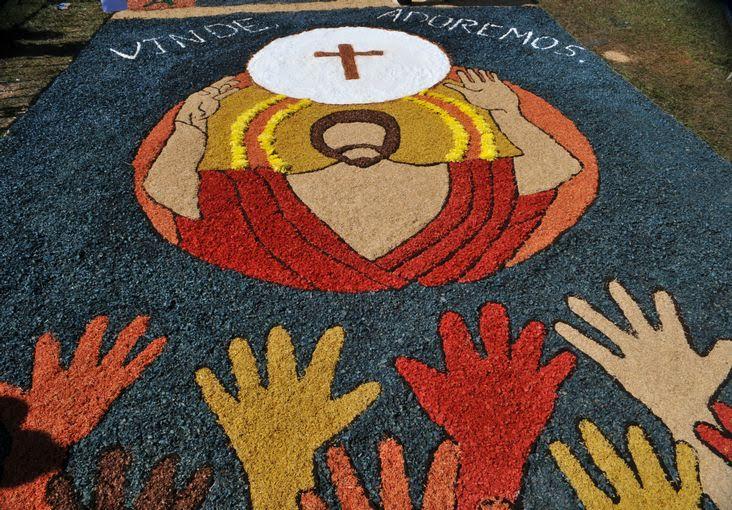 Hoje é Corpus Christi, você esqueceu? Os tapetes de serragem estão lindos, todas as ruas...Foto: G1.
