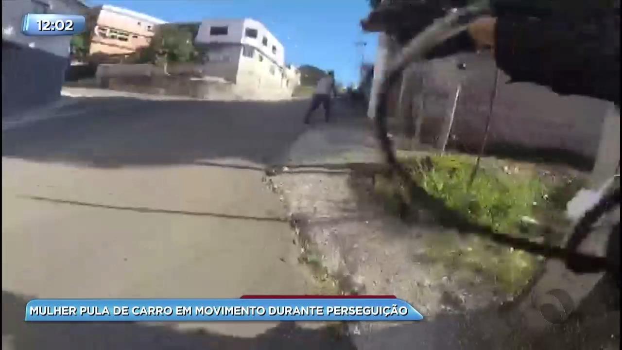 ddbab8564d9 Mulher pula de carro em movimento durante perseguição